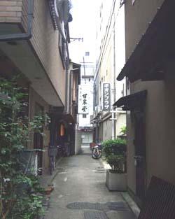 京都 甘泉堂 路地.jpg